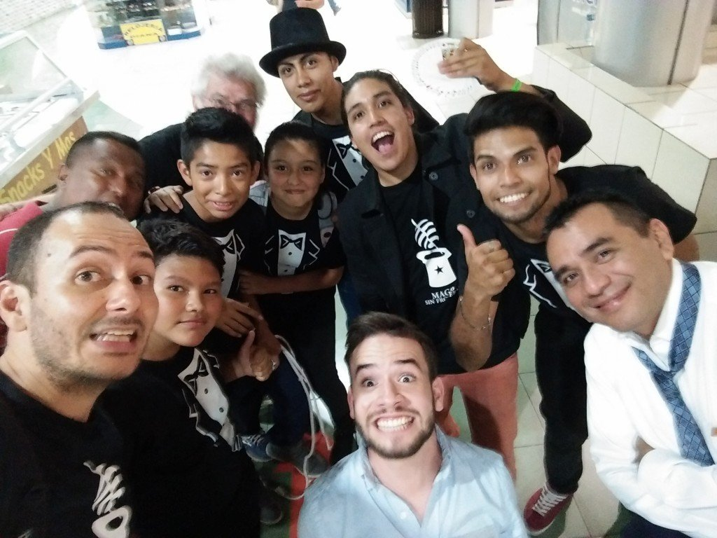 Our little magicians in company of the top Salvadorean magicians